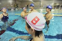 ヘルプマーク・スイムキャップは配慮の目印になる=大阪市内のプールで2018年12月、大島秀利撮影