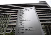 The Central Government Building No. 4 that houses the Cabinet Office is seen in this file photo in the Kasumigaseki district of Tokyo's Chiyoda Ward, on April 26, 2017. (Mainichi/Kimi Takeuchi)
