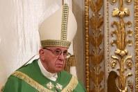 1月20日、ローマ法王フランシスコはサン・ピエトロ広場に集う数万人の人々に対して行う日曜の説教で、法王とともに祈れる新アプリを発表した。写真はローマで18日に撮影(2019年 ロイター/Tony Gentile)