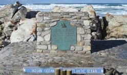 アフリカ大陸最南端アグラス岬に建つ記念碑。左がインド洋で右が大西洋だというが区別はつかない(写真は筆者撮影)