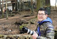 「一度の撮影で400~500枚は撮影する」と話す平井宗助さん=奈良市で、中津成美撮影