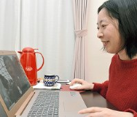 自宅からパソコンを使って分身ロボットを操作する村井左依子さん=埼玉県草加市で2018年12月5日、小野まなみ撮影