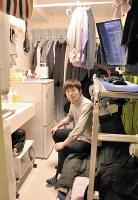 約10平方メートルの狭小物件に住む粟屋翔太朗さん。家具の使い方や配置に工夫が凝らされている=東京都練馬区で2019年1月14日、塩田彩撮影