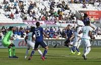 アジア杯決勝トーナメント【日本・サウジアラビア】日本のCKで、冨安が高い打点からヘディングでゴールを奪い先制=UAEのシャルジャで2019年1月21日、AP