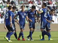 アジア杯決勝トーナメント【日本・サウジアラビア】日本の先制ゴールを決め、祝福される冨安=UAEのシャルジャで2019年1月21日、AP