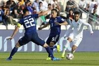 アジア杯決勝トーナメント【日本・サウジアラビア】サウジアラビアの攻撃を防ぐ日本の吉田と長友=UAEのシャルジャで2019年1月21日、AP