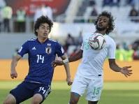 アジア杯決勝トーナメント【日本・サウジアラビア】ボールを競り合う日本の伊東=UAEのシャルジャで2019年1月21日、AP