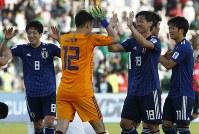 アジア杯決勝トーナメント【日本・サウジアラビア】勝利を喜ぶ日本の塩谷とGK権田=UAEのシャルジャで2019年1月21日、AP