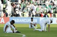 アジア杯決勝トーナメント【日本・サウジアラビア】試合を通じて攻め込みながら日本に敗れ、座り込むサウジアラビアの選手たち=UAEのシャルジャで2019年1月21日、AP
