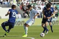 アジア杯決勝トーナメント【日本・サウジアラビア】デイフェンスする日本の遠藤(右)と酒井=UAEのシャルジャで2019年1月21日、AP