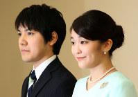 婚約内定の記者会見を終えられた秋篠宮家の長女眞子さまと小室圭さん(左)=東京都港区の赤坂東邸で2017年9月3日、代表撮影
