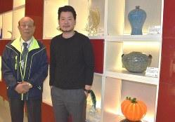 廃ガラスを再生させた花瓶や置物などの展示室に立つ呉春池さん(左)と呉庭安さん=台湾北部・新竹市で2019年1月11日、福岡静哉撮影