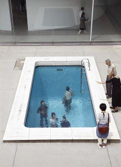 レアンドロ・エルリッヒさん作「スイミング・プール」=木奥惠三さん撮影、金沢21世紀美術館提供