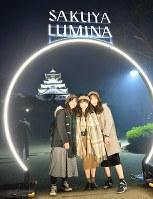 大阪城をバックに記念撮影する女性たち=大阪市中央区で2019年1月11日、望月亮一撮影