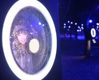 バーコードをかざすと来場者の顔が映り込む=大阪市中央区で2019年1月11日、望月亮一撮影
