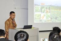 農業の研究成果を発表する技能実習生のデデユスフさん=福井市で、塚本恒撮影
