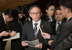 菅義偉官房長官との会談後、記者団の質問に答える沖縄県の玉城デニー知事(首相官邸で2018年12月13日)