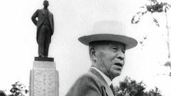自身の銅像の前に立つ岡野喜太郎・初代頭取=1956年9月15日撮影
