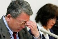 事故から5ヶ月、会見で涙をぬぐう市川大輔さんの父和民さん(手前)と母正子さん。和民さんは2013年に59歳で亡くなった=東京都千代田区の弁護士会館で2006年11月14日、森田剛史撮影
