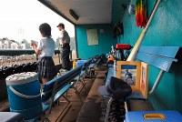 大輔さんが所属した都立小山台高校野球部は高校野球の東東京大会の初戦に臨んだ。ベンチでは大輔さんの形見のバットと帽子がチームを見守った。甲子園を目指していた大輔さんは亡くなる1カ月前の大会で2年生としてただ一人、レギュラーに選ばれたていた=神宮球場で2006年7月14日、馬場理沙撮影
