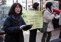 通行人らに署名を求める市川正子さん(左)=東京都品川区で2008年1月12日、川上晃弘撮影