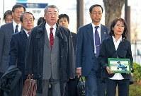 提訴するため東京地裁に入る市川和民さん(手前左)、正子さん(同右)ら=東京都千代田区で2008年12月12日、山本晋撮影
