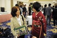 成人式で、06年にエレベーター事故で亡くなった市川大輔さんと同級生だった高橋愛さん(右)と話をする母正子さん=東京都港区で2010年1月11日、三浦博之撮影