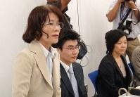 エレベーター事故で長男を亡くした市川正子さん(左)ら消費者事故の被害者遺族が事故調検討会で「独立した事故調査機関を」と訴えた=2010年8月20日、山田泰蔵撮影