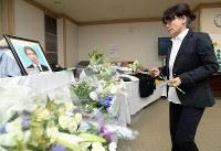 エレベーター事故現場のマンションで献花する市川大輔さんの母正子さん=東京都港区で2016年6月3日、中村藍撮影