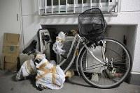 戸開走行で挟まれ、後輪ははずれてハンドルやかごが変形した自転車。事故当時、大輔さんはハンドルを持って歩いていた=東京都港区で2019年1月18日、佐々木順一撮影