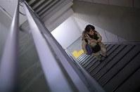 自宅がある12階まで階段を使う市川正子さん。事故後はエレベーターに乗らず、仕事や講演、省庁に出向いた時も階段を使用する=東京都港区で2019年1月18日、佐々木順一撮影