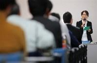エレベーターの保守点検業者らの研修会で思いを語る市川正子さん。与えられた時間はわずか15分だが、全国各地をまわる=仙台市青葉区で2018年11月29日、佐々木順一撮影
