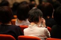 エレベーター事故から12年、港区は6月3日を「港区安全の日」に制定した。遺族と支援者が開いていた集会は港区と初めて共催し、事故の教訓を生かすために市川さんらと行政が手を取り合い、式典に参加した参加者は何度も涙を拭った=東京都港区で2018年6月3日、佐々木順一撮影