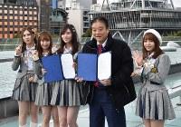 名古屋テレビ塔をバックにポーズをとる河村たかし名古屋市長(右から2人目)とSKE48のメンバー=名古屋市東区のオアシス21で2019年1月24日、三浦研吾撮影