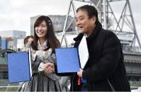 名古屋テレビ塔をバックに笑顔を見せる河村たかし名古屋市長(右)とSKE48の松井珠理奈さん=名古屋市東区のオアシス21で2019年1月24日、三浦研吾撮影
