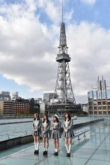 名古屋テレビ塔をバックに笑顔を見せる松井珠理奈さん(右端)らSKE48のメンバー=名古屋市東区のオアシス21で2019年1月24日、三浦研吾撮影