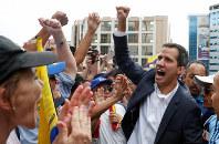 反マドゥロ政権の集会で参加者に応えるグアイド国会議長=カラカスで23日、ロイター