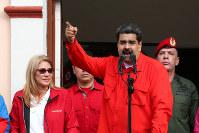 支持者の集会で演説するマドゥロ大統領=カラカスで23日、ロイター
