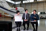 「韓国艦レーダー照射問題」について意見を交わす、(左から)中嶋真希記者、外信部・米村耕一デスク、航空部・坂崎大樹操縦士=東京・羽田の毎日新聞社格納庫で2019年1月24日、佐藤賢二郎撮影