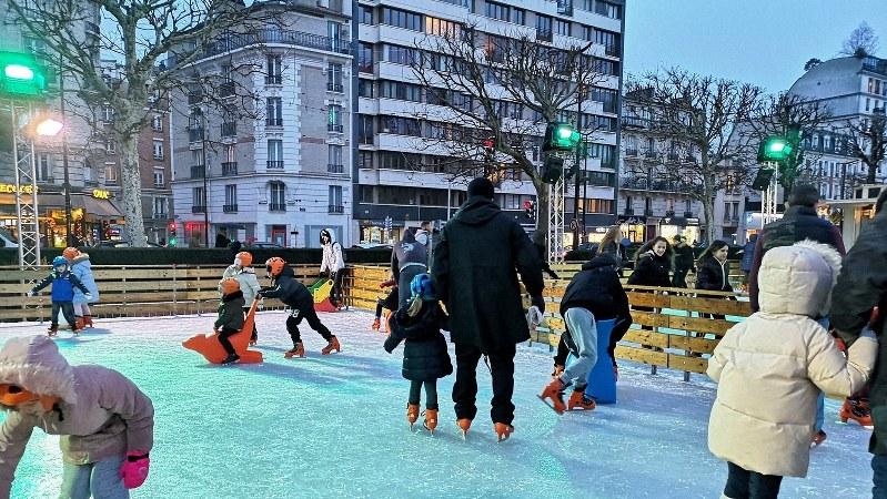 屋外のアイススケートリンク。子どもも大人も楽しそうに滑っていた=筆者撮影