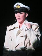 人情味あふれる船乗り、カールを熱演した紅ゆずる=宝塚大劇場で