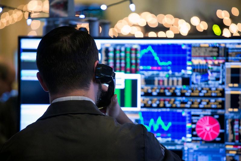 大統領のけん制をかわしたFRBも、市場の圧力には勝てず(Bloomberg)