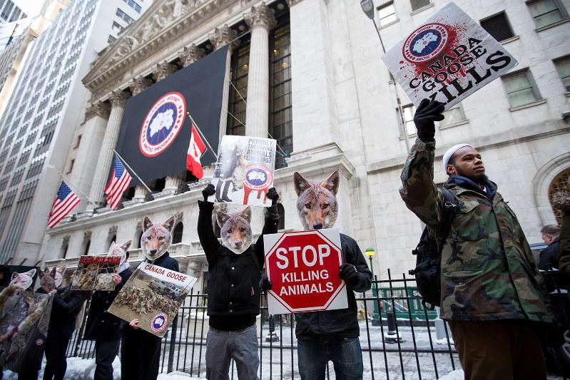 毛皮廃止を訴える米国の動物愛護団体(Bloomberg)