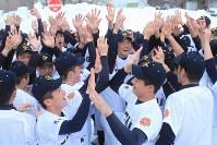 センバツ出場が決まり、互いに手をたたきあう札幌大谷の選手たち=札幌市で2019年1月25日午後、和田大典撮影