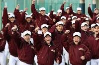 センバツ出場が決まり、駆け出して喜ぶ習志野の選手たち=千葉県習志野市で2019年1月25日午後、小川昌宏撮影