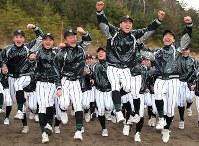 センバツ高校野球への出場が決まり飛び上がって喜ぶ津田学園の選手たち=三重県桑名市で2019年1月25日午後、兵藤公治撮影