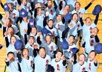 帽子を投げて喜ぶ啓新の選手たち=福井市で2019年1月25日午後、山田尚弘撮影