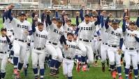センバツ出場を決め、喜ぶ履正社の選手たち=大阪府豊中市で2019年1月25日午後、望月亮一撮影