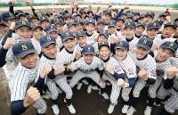 センバツ出場が決まり喜ぶ明石商の選手たち=兵庫県明石市で2019年1月25日午後、梅田麻衣子撮影