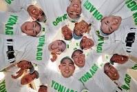 センバツ出場を決め、笑顔を見せる米子東の選手たち=鳥取県米子市で2019年1月25日午後、幾島健太郎撮影